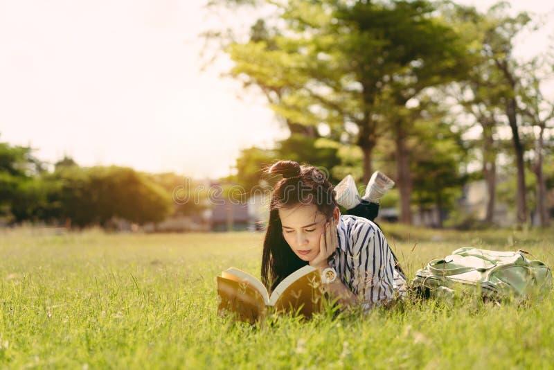 Livro de leitura do estudante de jovem mulher na universidade imagens de stock