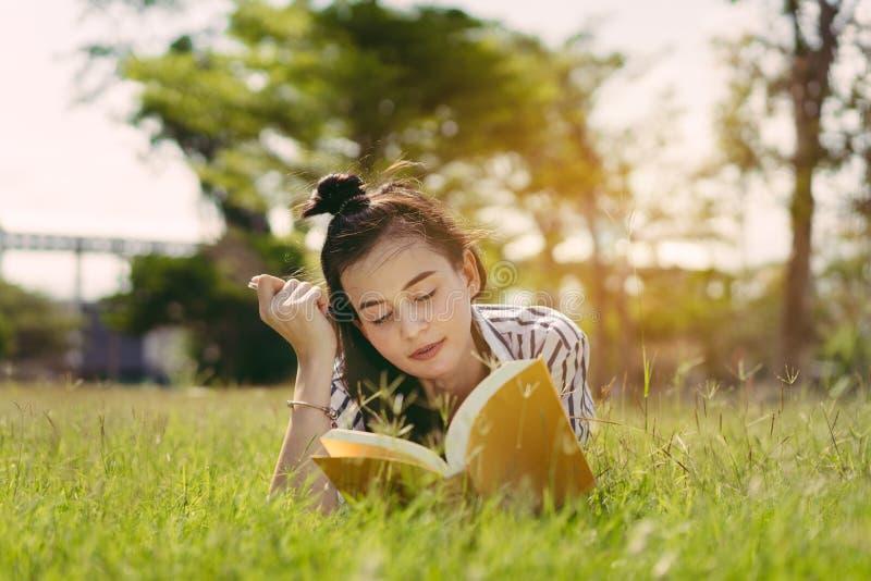 Livro de leitura do estudante de jovem mulher na universidade imagem de stock royalty free