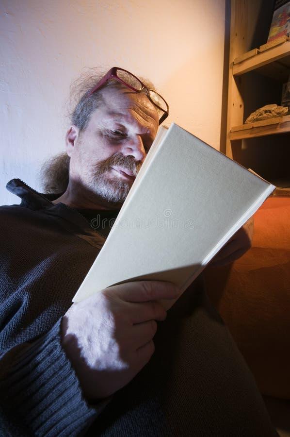 Livro de leitura do homem na sombra imagem de stock royalty free