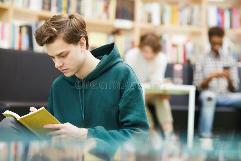 Livro de leitura do indivíduo do estudante imagem de stock