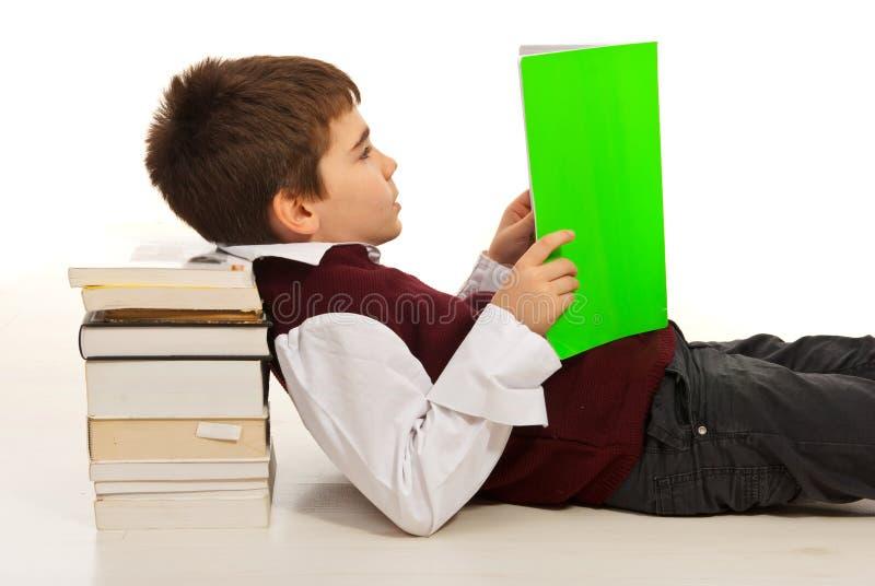 Livro de leitura do menino do estudante imagens de stock royalty free