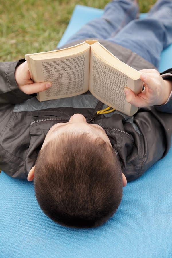Livro de leitura do miúdo imagens de stock royalty free
