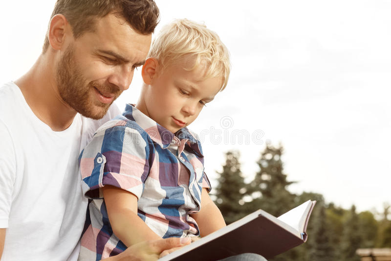 Livro de leitura do pai e do filho foto de stock royalty free