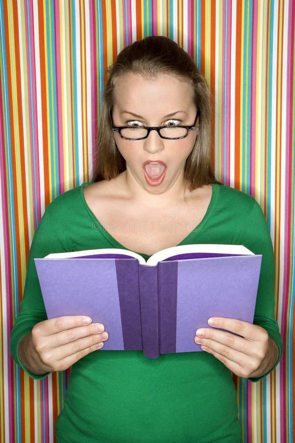 Livro de leitura fêmea. imagens de stock