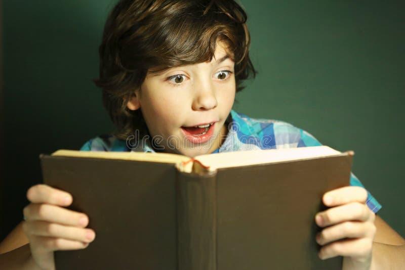 Livro de leitura hansome do menino do Preteen imagem de stock
