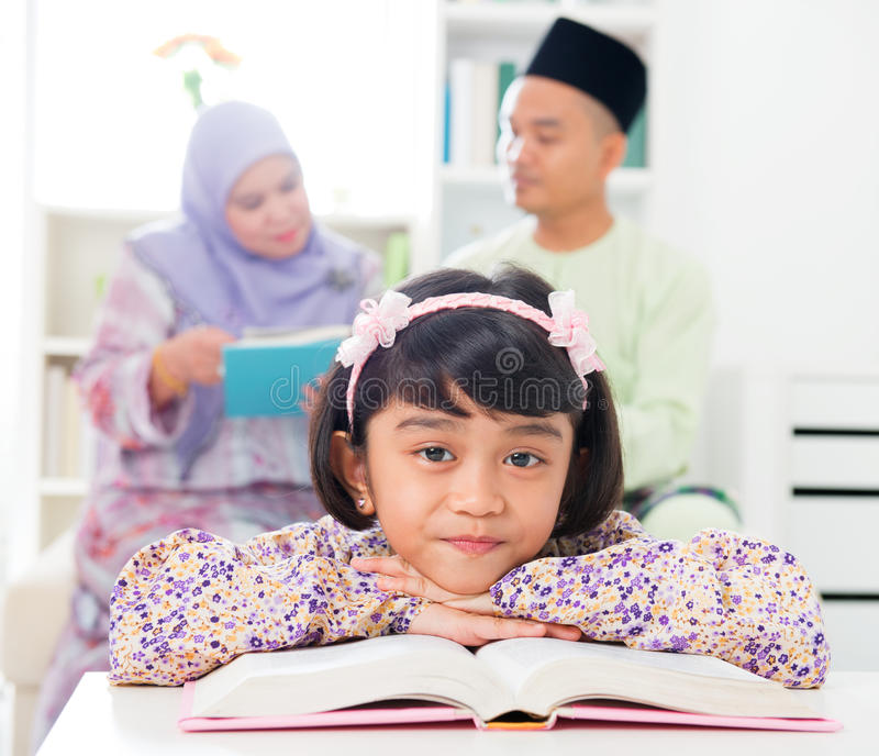 Livro de leitura muçulmano da menina. fotos de stock