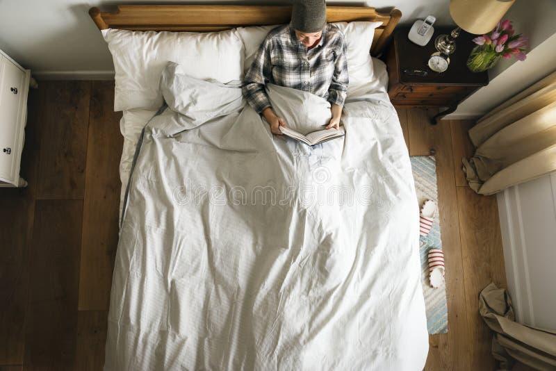 Livro de leitura paciente na cama fotos de stock royalty free