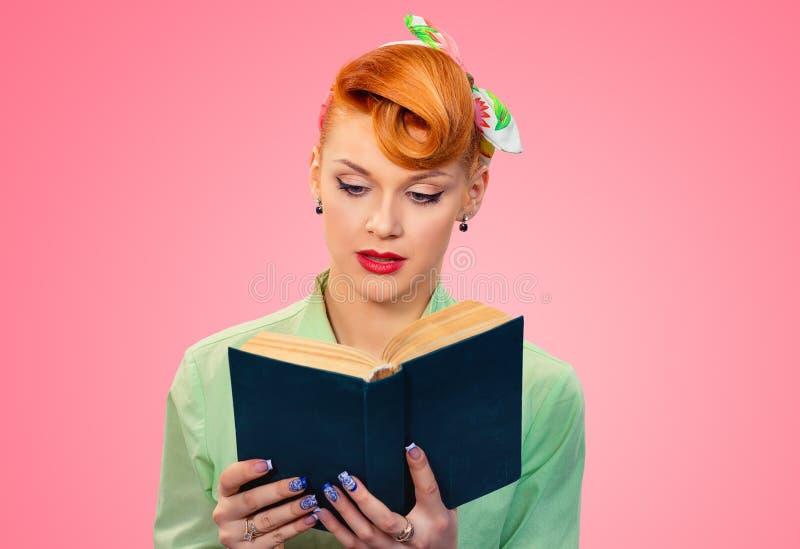 Livro de leitura pensativo da mulher foto de stock royalty free