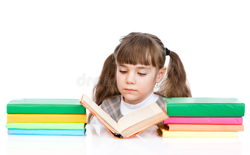 Livro de leitura pequeno da menina Isolado no fundo branco imagens de stock