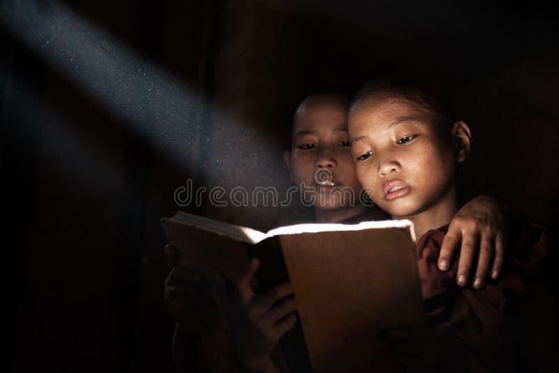 Livro de leitura pequeno das monges foto de stock royalty free