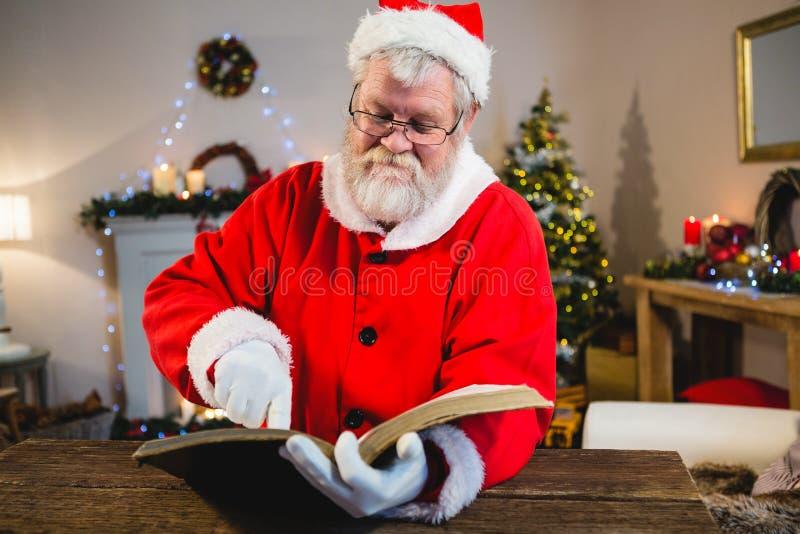 Livro de leitura de Santa Claus fotografia de stock