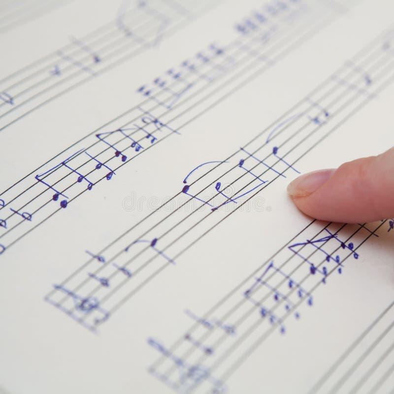 Livro de música com notas escritas à mão fotos de stock royalty free