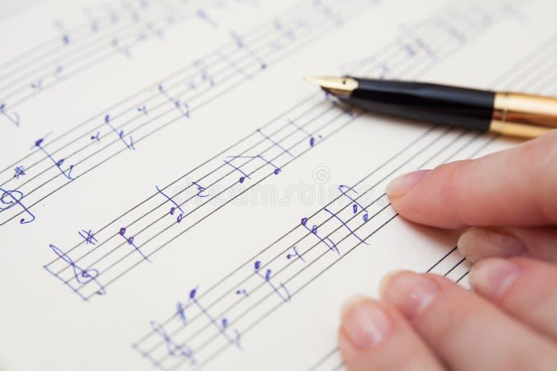 Livro de música com notas escritas à mão foto de stock royalty free