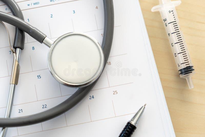 Livro de nomeação médico no estetoscópio do calendário e na programação do calendário a verificar acima imagens de stock royalty free