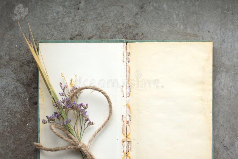 Livro de nota rústico do vintage no fundo concreto áspero, configuração lisa imagens de stock