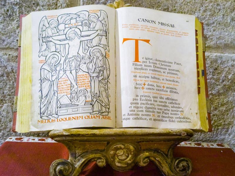 Livro de oração santamente católico fotos de stock