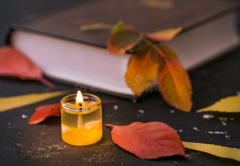 Livro de poesia com vela imagem de stock royalty free