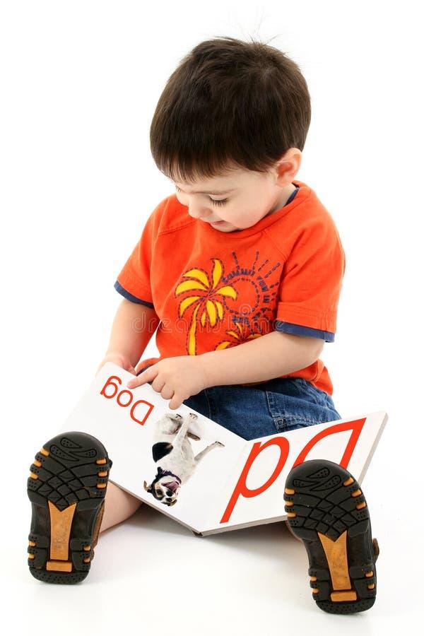 Livro do alfabeto da leitura do menino da criança de Addorable imagens de stock
