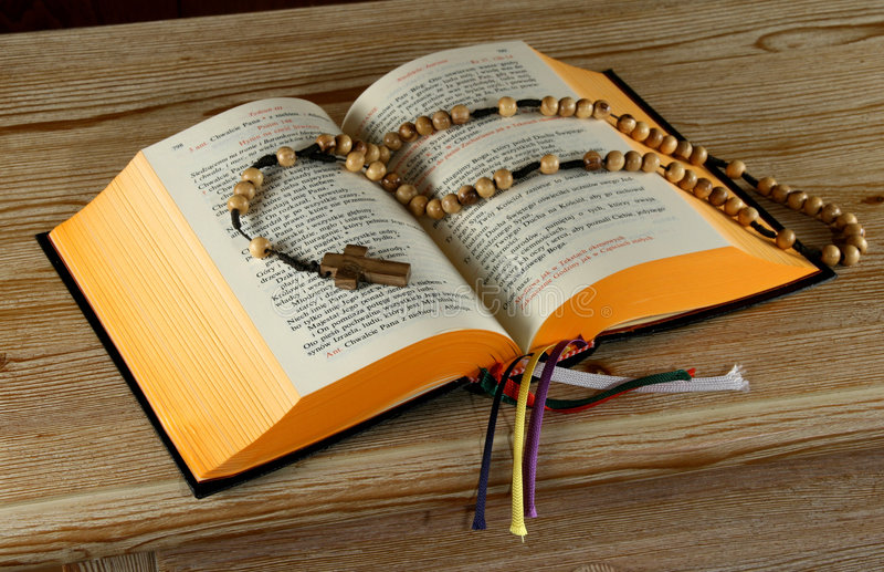 Livro do breviário e rosário santamente foto de stock royalty free