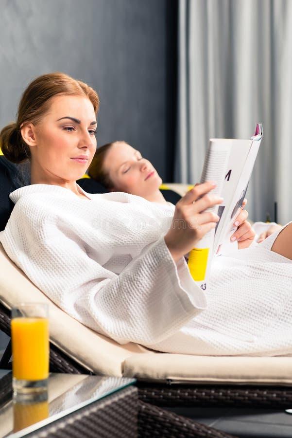 Livro do compartimento da leitura da mulher nos termas imagens de stock