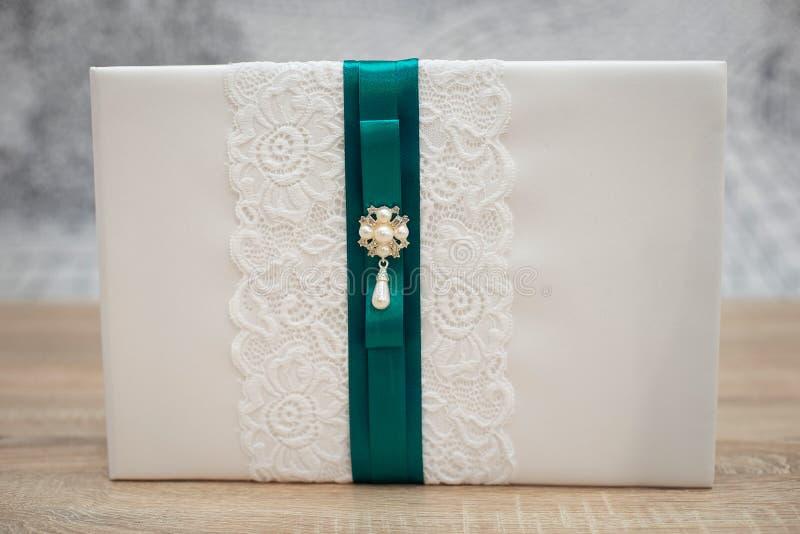 Livro do desejo do casamento decorado com flores e laço cor-de-rosa foto de stock