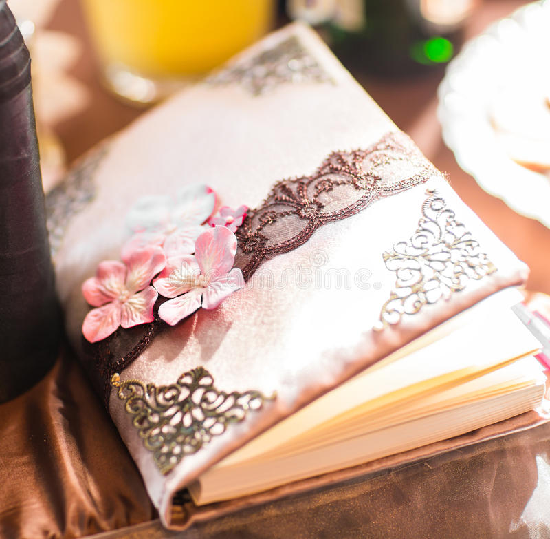 Livro do desejo do casamento decorado com flores e laço fotografia de stock