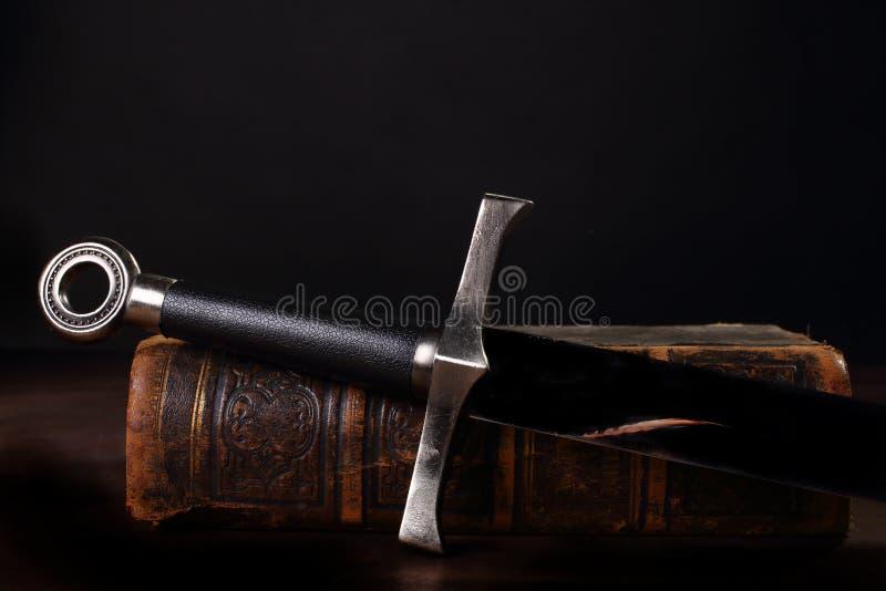 Livro e espada imagem de stock