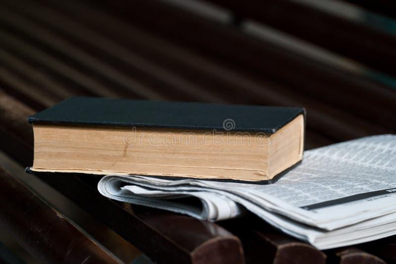 Livro e jornal imagens de stock
