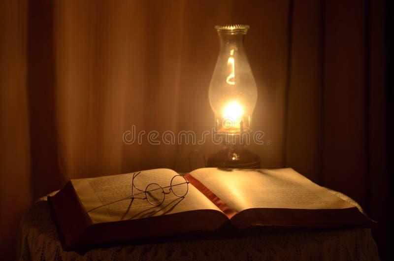 Livro e lâmpada imagem de stock royalty free