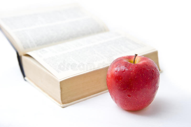 Livro e maçã no backgound branco imagens de stock