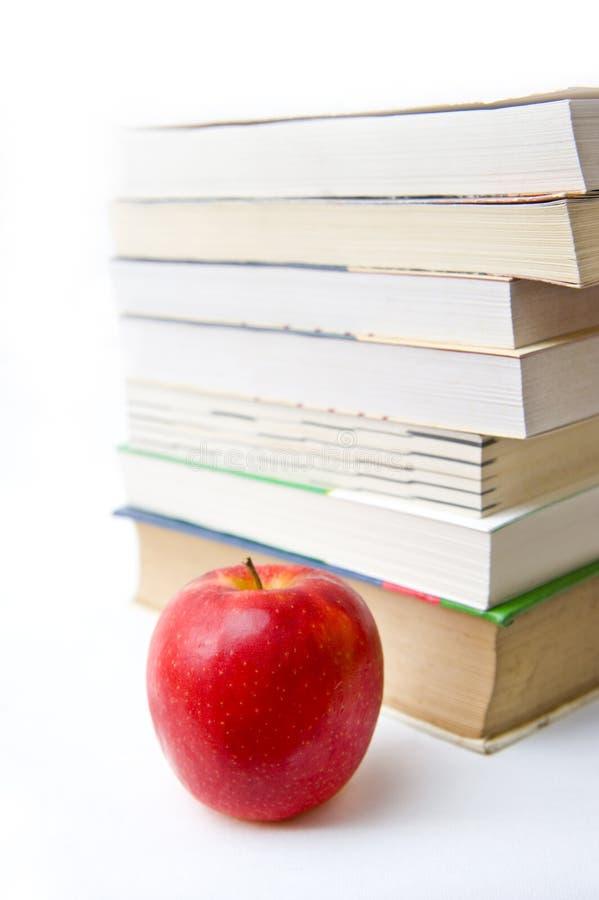 Livro e maçã no backgound branco fotografia de stock royalty free