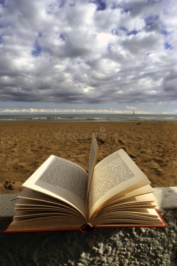 Livro e mar imagens de stock