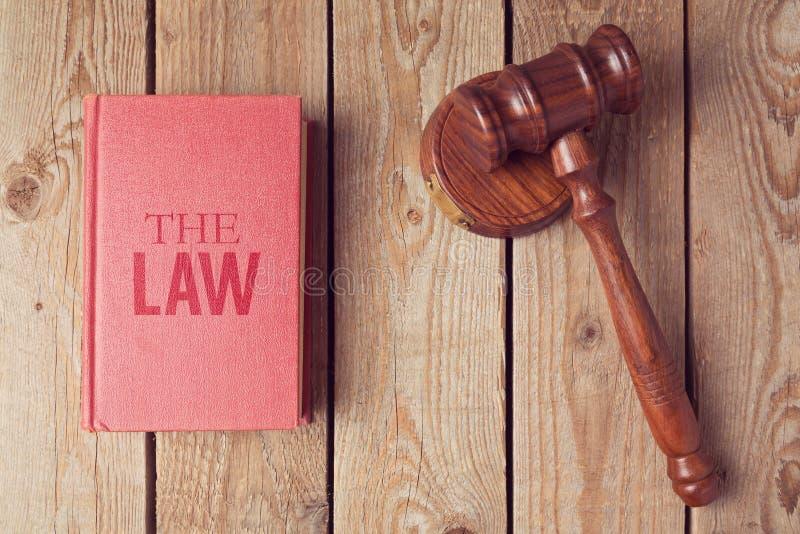 Livro e martelo de lei no fundo de madeira Conceito de justiça imagens de stock