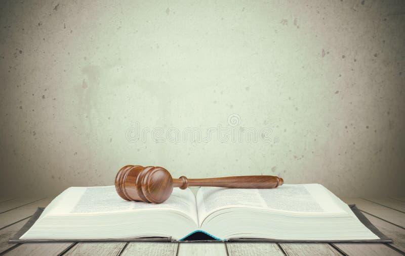Livro e martelo de madeira, conceito de justiça fotos de stock
