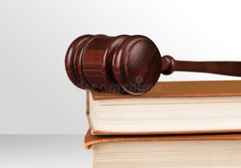 Livro e opinião de madeira do close-up do martelo fotografia de stock royalty free