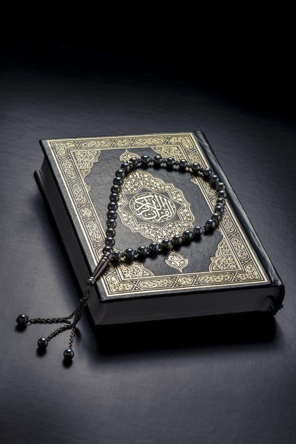 Livro e Subha do Corão foto de stock royalty free