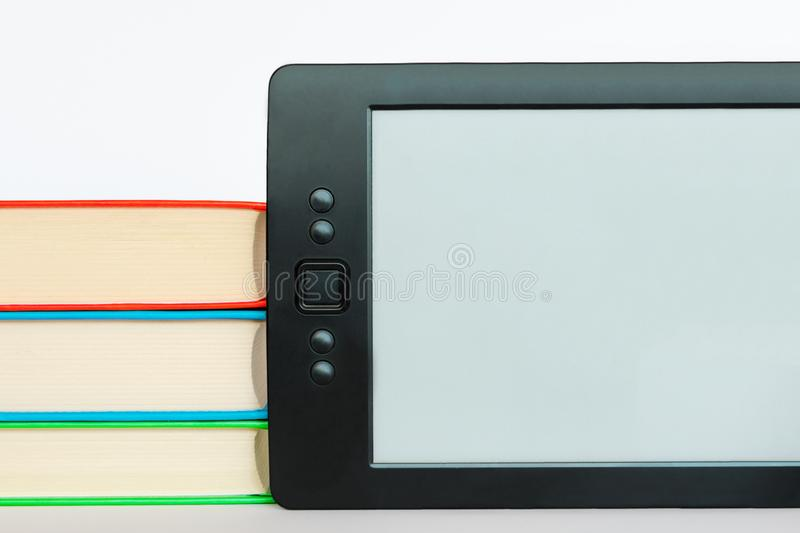 Livro eletrônico contra o livro regular foto de stock