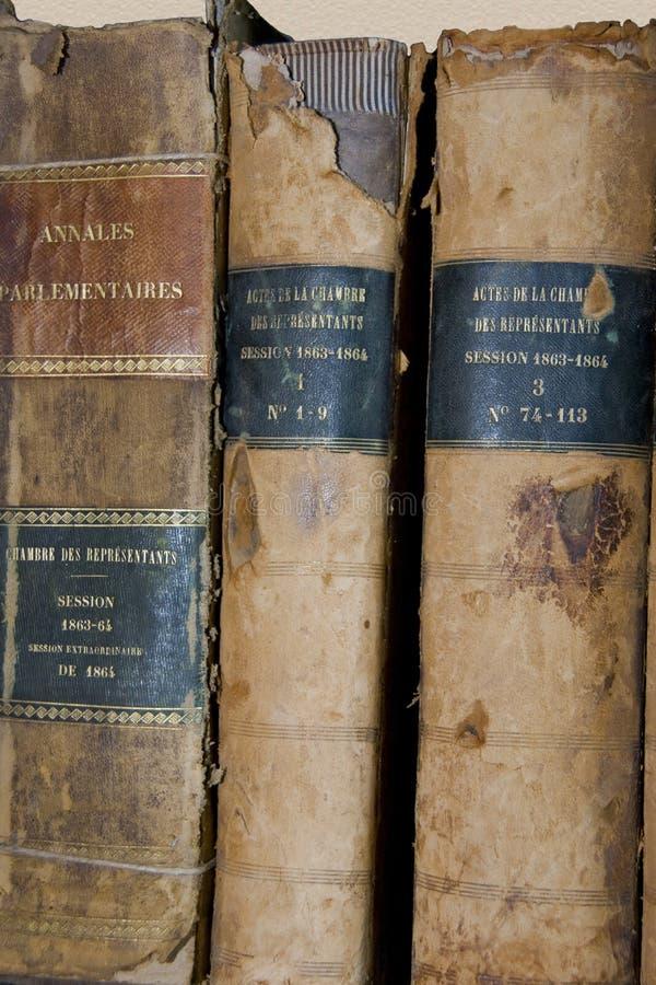 Livro encadernado de 3 livros muito velhos imagem de stock