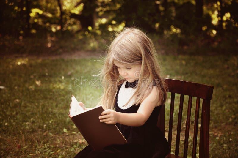 Livro esperto da educação da leitura da criança fora imagem de stock