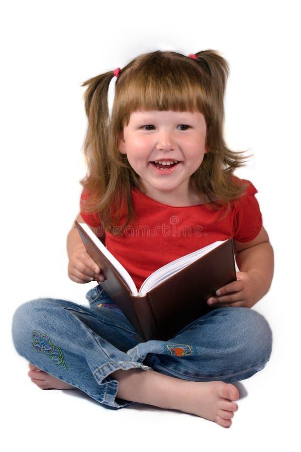 Livro feliz da terra arrendada da menina fotos de stock