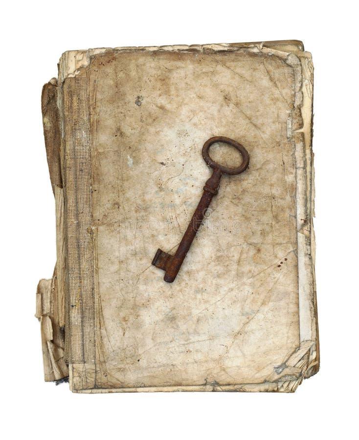 Livro gasto e esfarrapado com chave oxidada velha fotos de stock royalty free