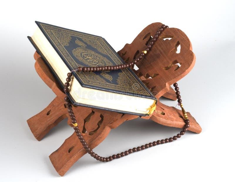 Livro islâmico santamente Koran fechado com rosário fotografia de stock royalty free