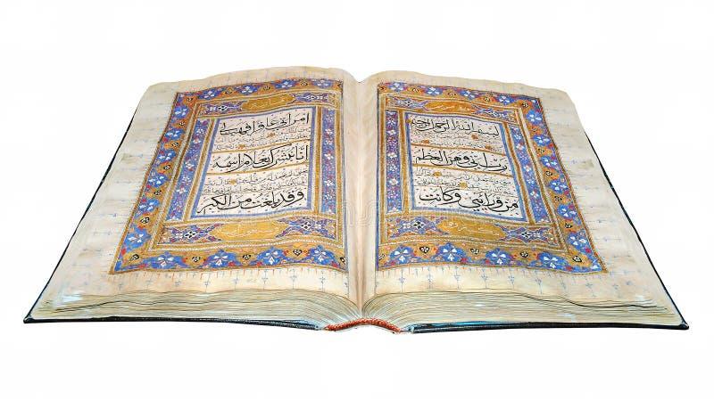 Livro islâmico santamente o Alcorão, aberto e isolado no fundo branco imagens de stock royalty free
