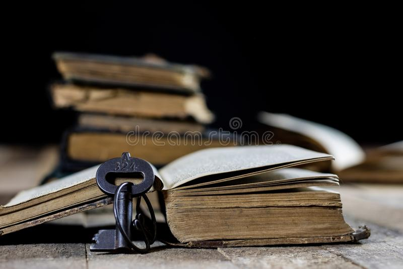 Livro muito velho e chave em uma tabela de madeira velha Sala velha, t de madeira fotos de stock royalty free