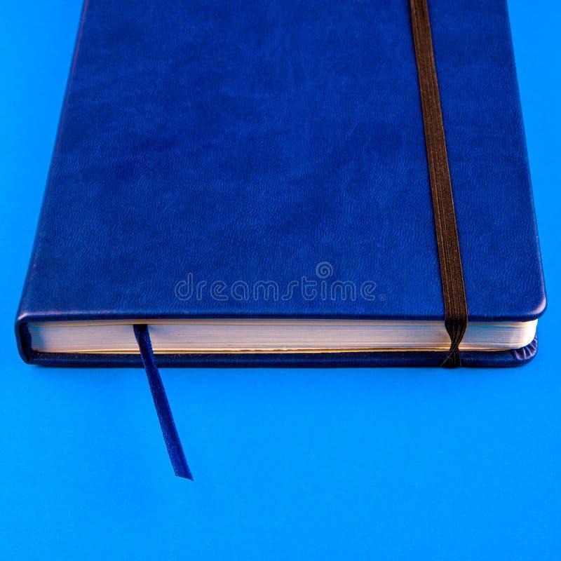 Livro na tabela fotos de stock