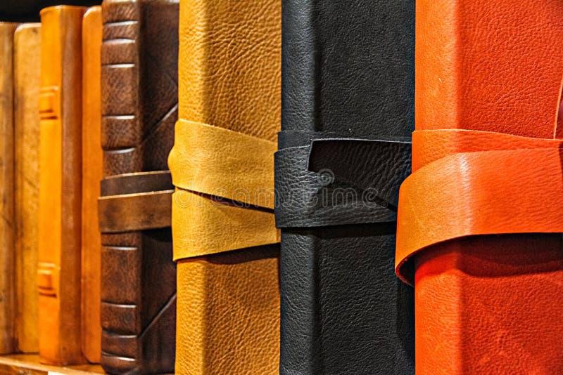 Livro nos casos de couro imagem de stock