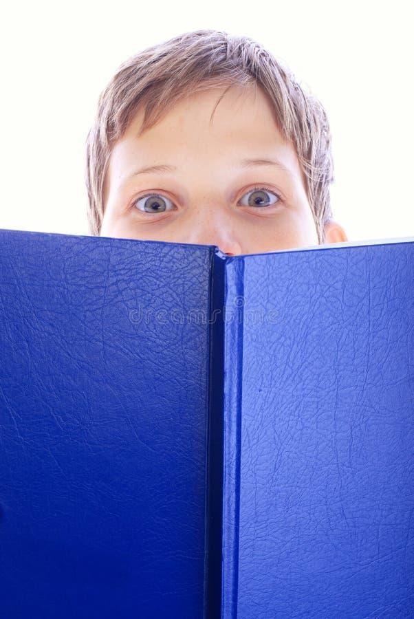 Livro novo do menino fotografia de stock royalty free