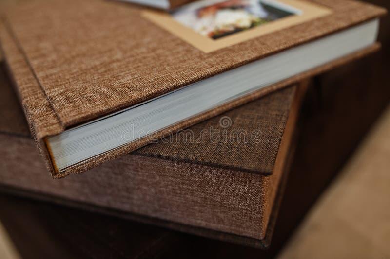 Livro ou álbum da foto do casamento de matéria têxtil de Brown fotografia de stock