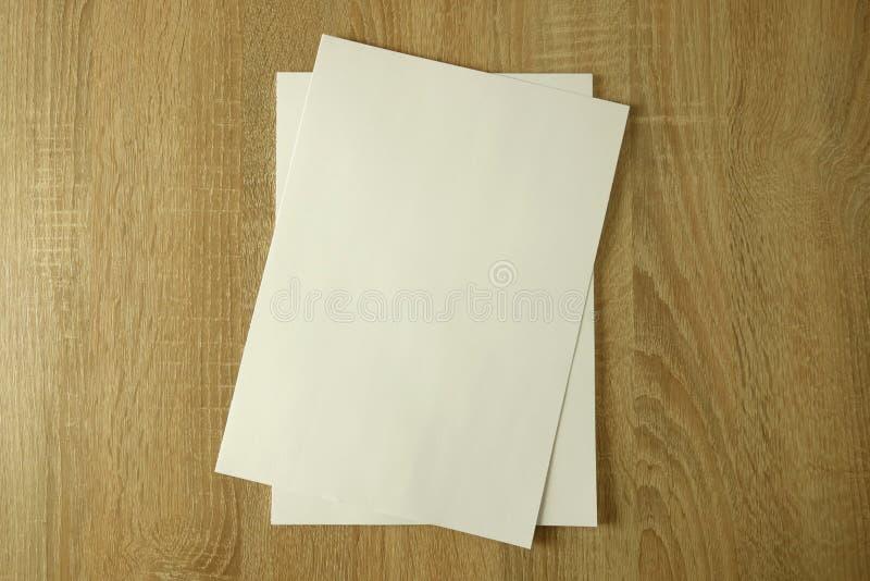 Livro ou capa de revista vazia no fundo de madeira fotografia de stock