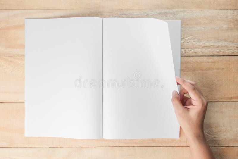 Livro ou compartimentos vazios abertos da mão imagem de stock